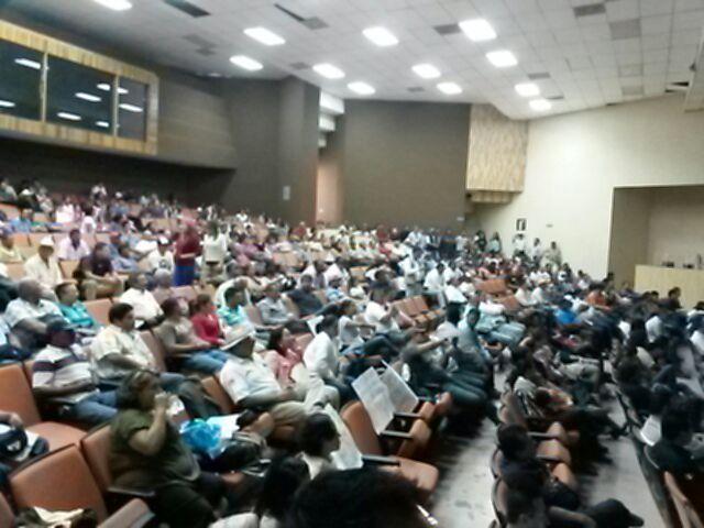 Asistentes a la Reunión Pública Informativa del proyecto Don Diego manifestándose en contra del mismo.